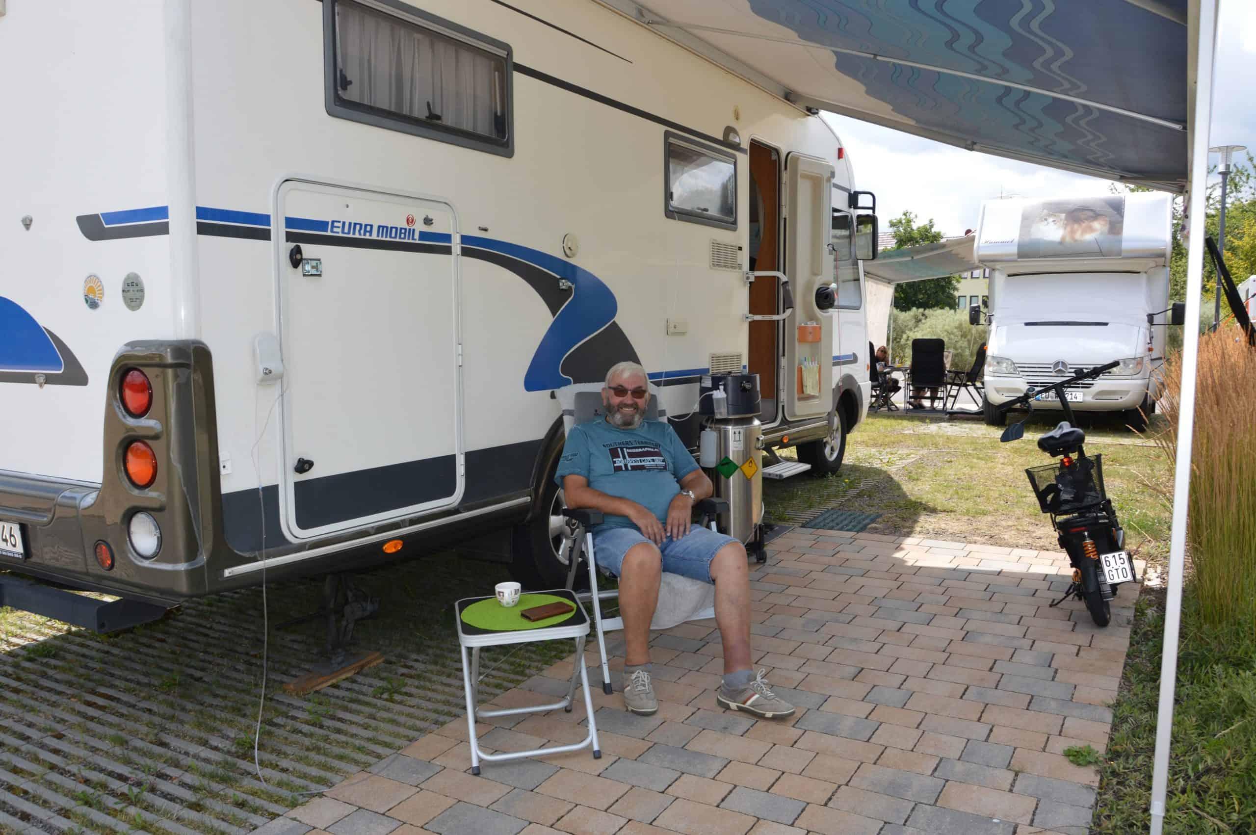 PneumoKur-Gast vor seinem Wohnmobil